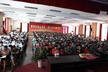 必威官方网页集团组织省中考专家预测2012中考现场1